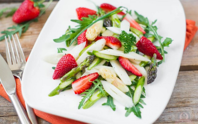 Spargel-Rucola-Salat mit frischen Erdbeeren – frisch, frech und unheimlich fruchtig…