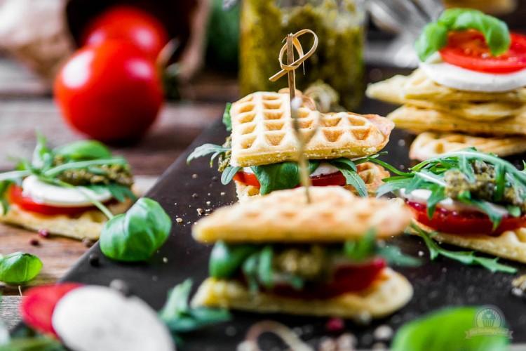 Tomaten-Mozzarella Waffelsandwich – wie wäre es mit Waffelhäppchen zum Osterbrunch?